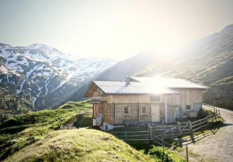 einsame skihütte mit kamin